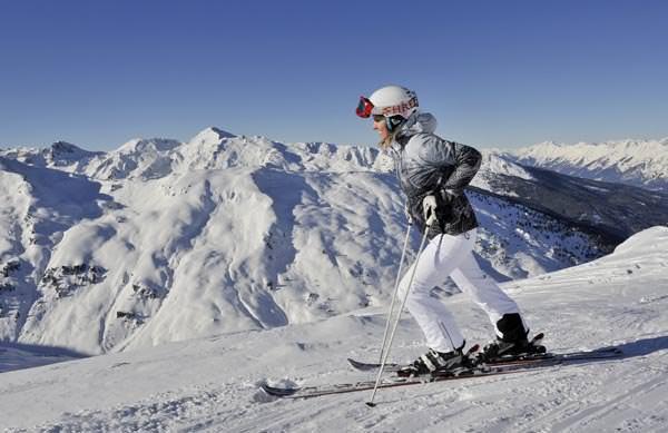 Ski-optimal Hochzillertal - Skifahrerin mit Panorama