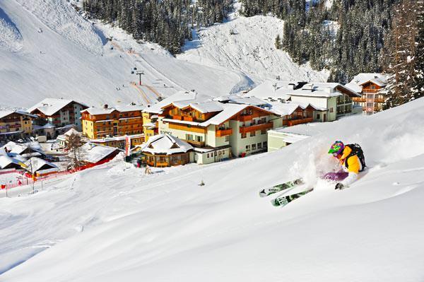 Zauchensee - Skifahrer ueberm Ort