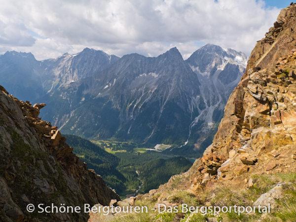 Blick von kurz unterhalb des Gipfels der Rotwand (mit 2818m Höhe) in Antholzertal, wo auch die Biathlonanlage zu erkennen ist - Foto: Mario Hübner