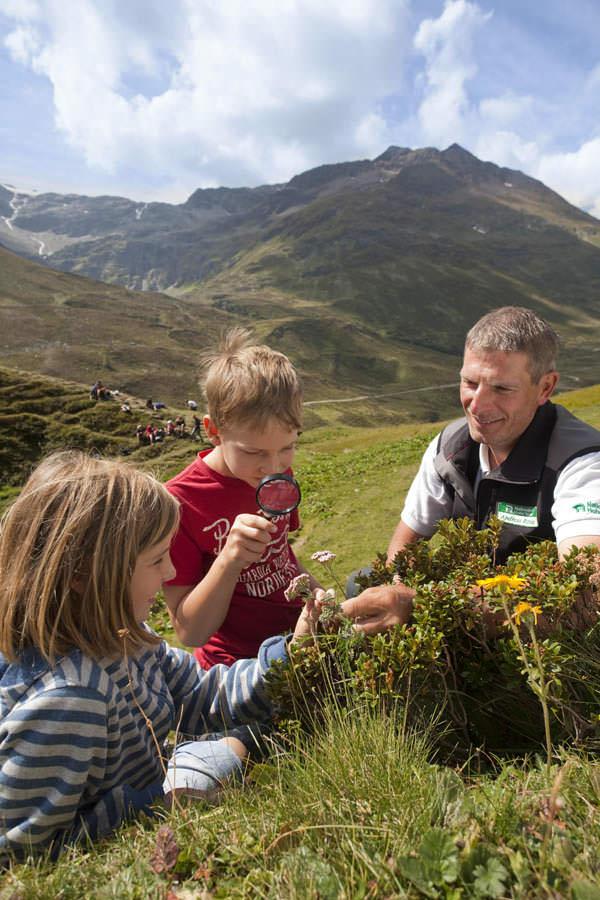 Osttirol - Kinder mit Ranger im Defereggental