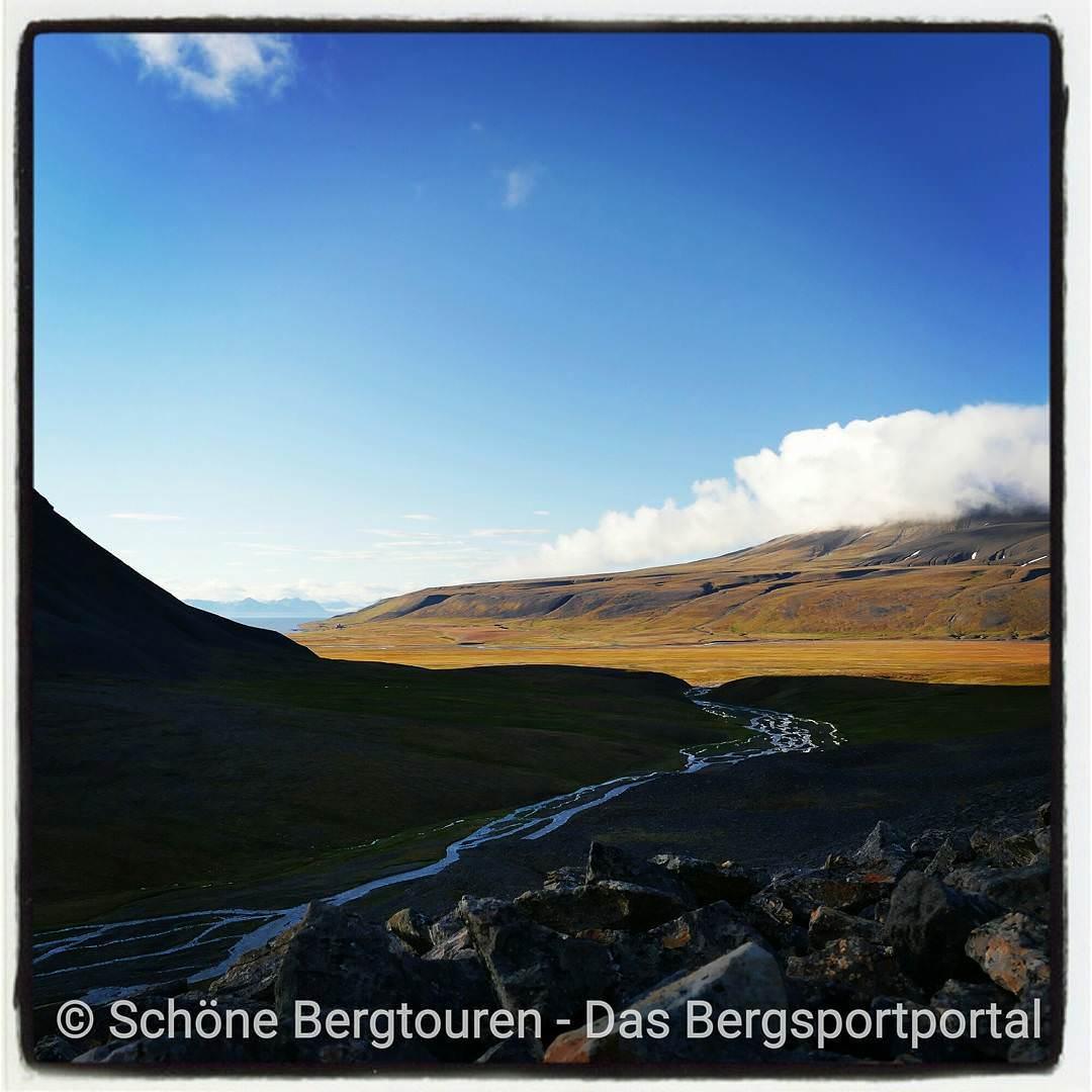 Morning sun over Colesdalen on our trekking tour in Spitsbergenhellip