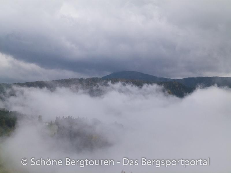 Eggental - Deutschnofen in Regenwolken