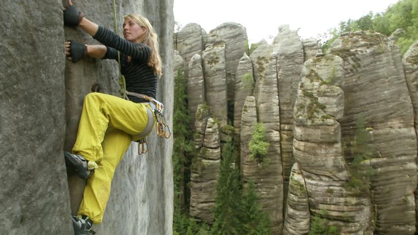 Biwak - Kletterin Julia Maul im Riss