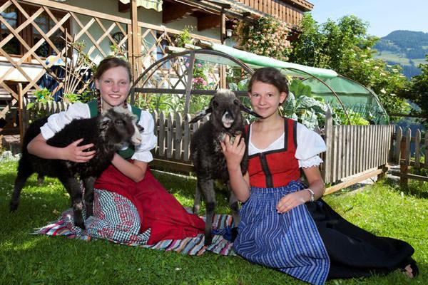 Bauernhofdorf Embach - Kinder mit Schafe