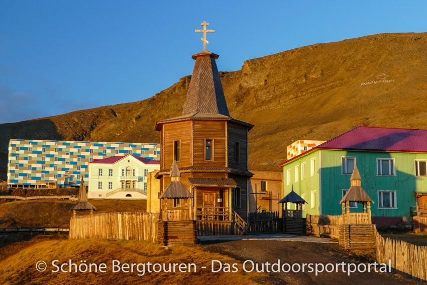 Spitzbergen - Alte und neue Gebaeude in Barentsburg