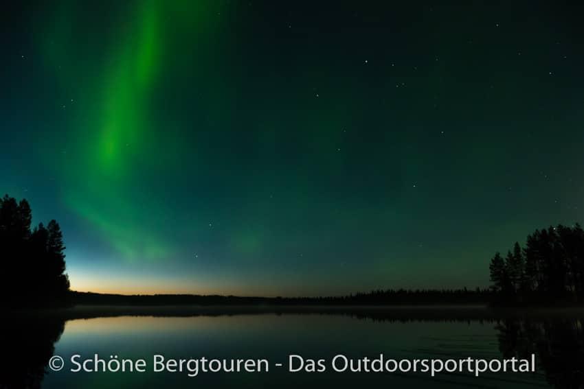 Finnland - Polarlichter ueber Iisakki Village