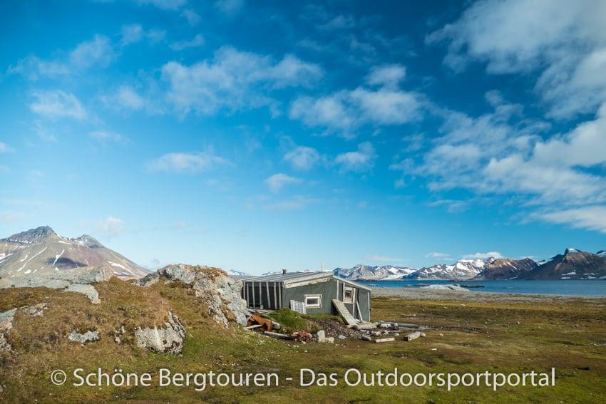 Spitzbergen - Trapperhuette am Vogelfelsen Gnalodden