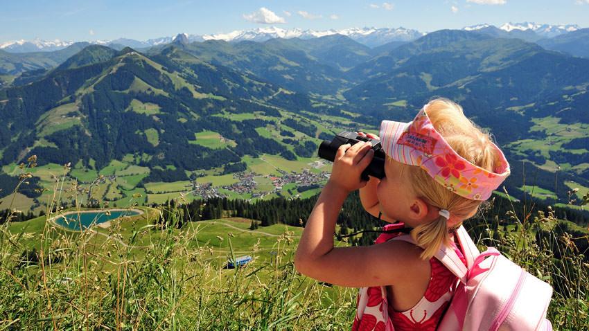 Kitzbueheler Alpen - Kleines Maedchen blickt durchs Fernglas