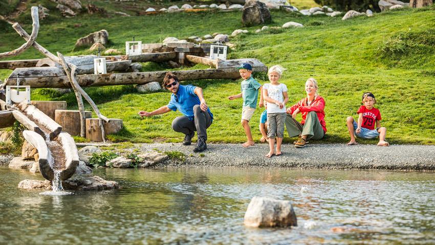 Kitzbueheler Alpen - Steinewerfen mit der Familie am Filzalmsee