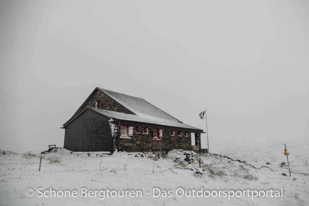 Kesch-Trek - Grialetschhuette im Schnee