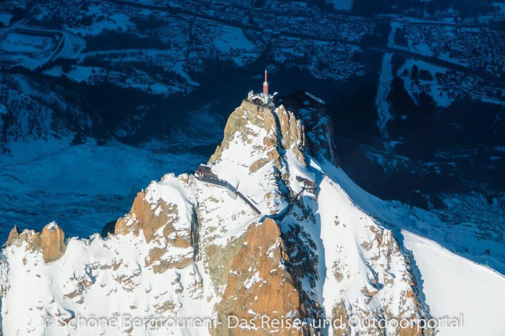 Mont Blanc Rundflug - Blick hinunter zur Aiguille du Midi