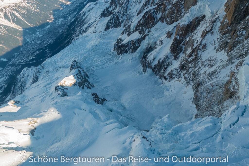 Mont Blanc Rundflug - Gletscherabbruch ins Tal