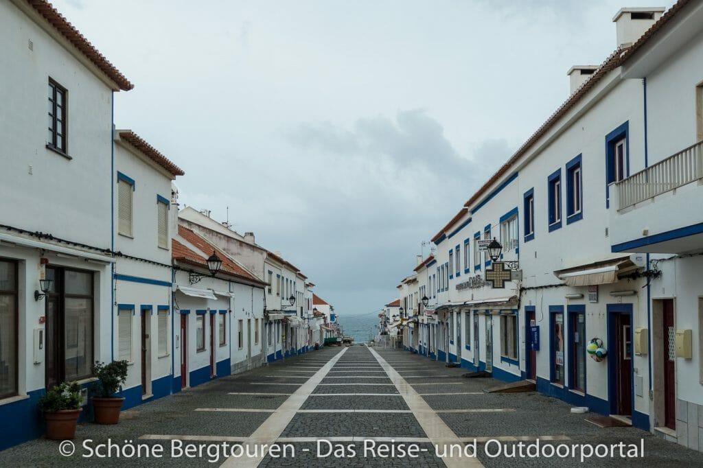 Rota Vicentina - Kleine Einkaufsmeile in Porto Covo