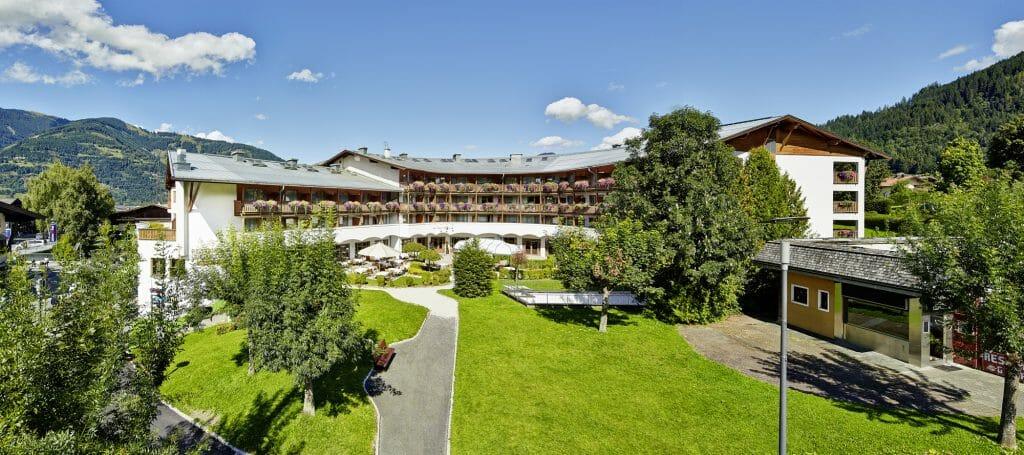 Das Alpenhaus Kaprun - Aussenansicht mit Park