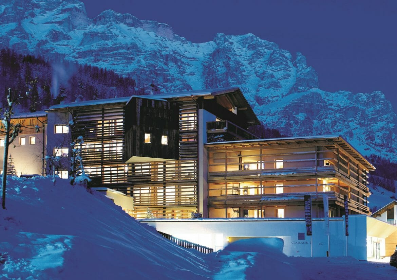 Lagacio Hotel Mountain Residence - Aussenansicht im Winter bei Nacht