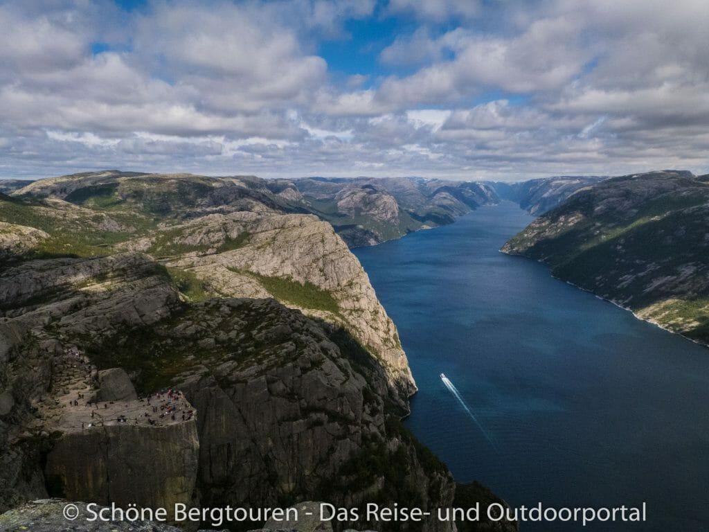 Fjord Norwegen - Blick zum Preikestolen und Lysefjord