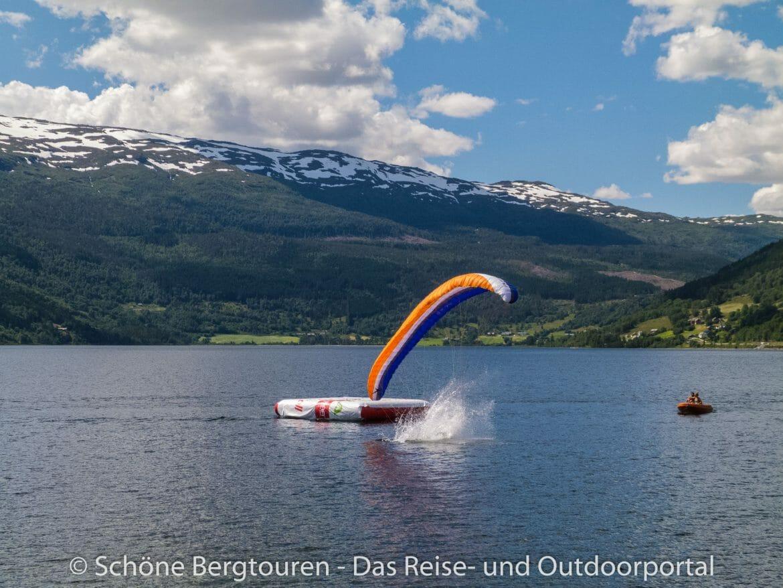 Fjord Norwegen - Gleitschirmflieger in Voss