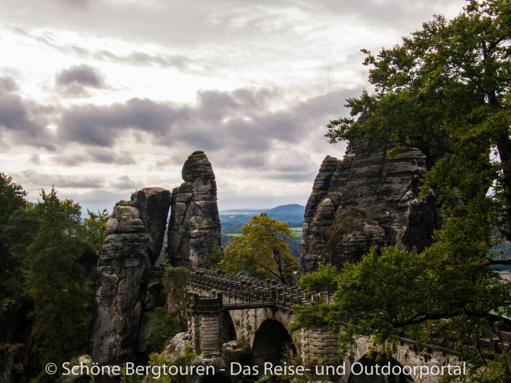 Elbsandsteingebirge - Blick zur Basteibrücke
