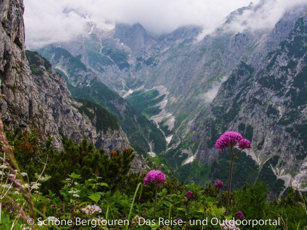 Wettersteingebirge - Blick ueber Hoellental