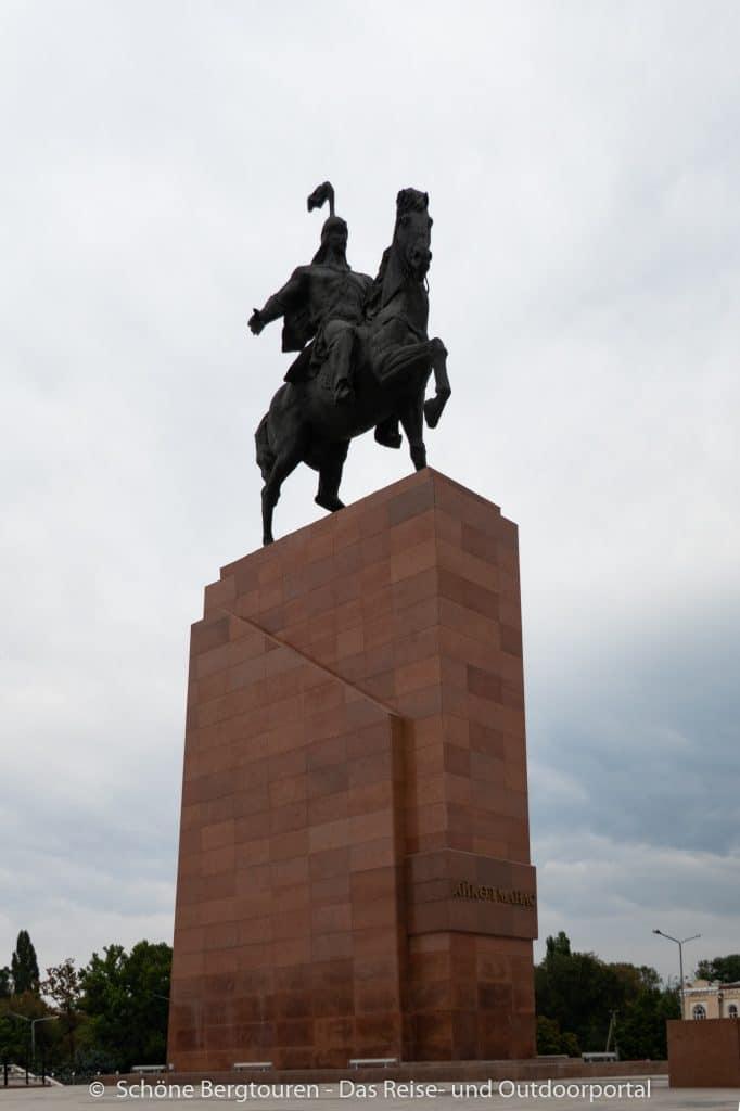Khan Tengri Trekking - Manas Denkmal in Bischkek