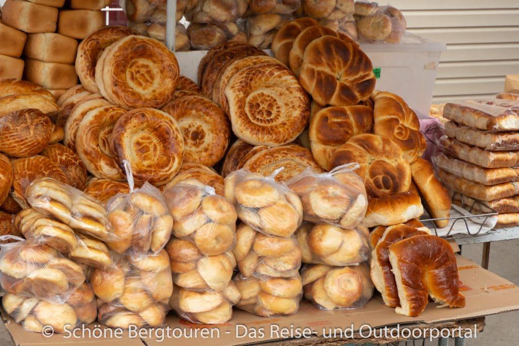 Khan Tengri Trekking - Brot auf dem Markt Karakol
