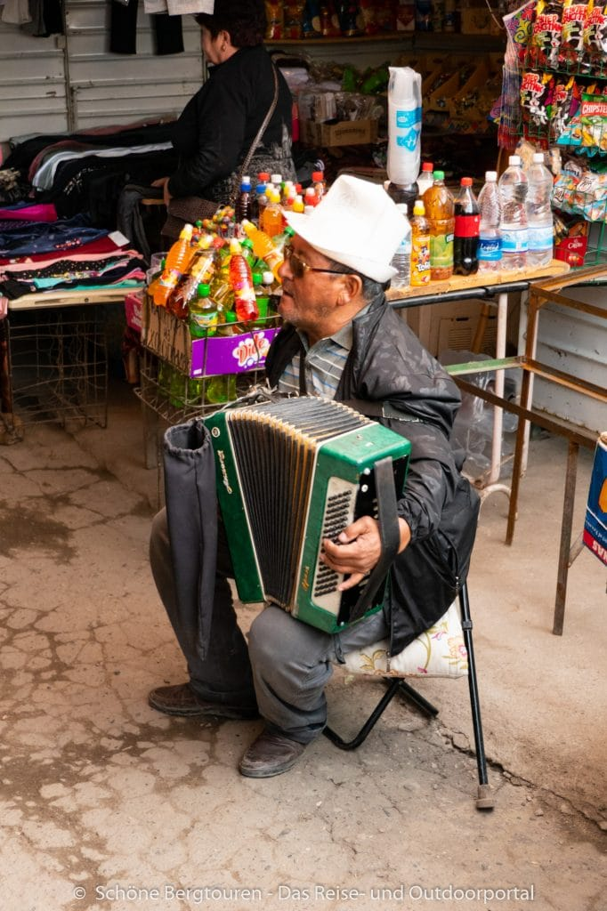 Khan Tengri Trekking - Musikant in Karakol