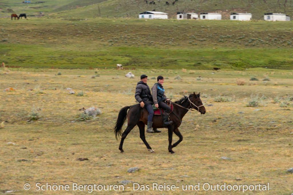 Khan Tengri Trekking - Reiter am Karkara Basecamp