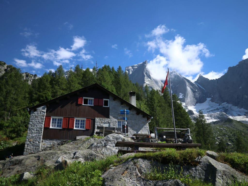 BergaufBergab - Die Sasc Furae-Huette ist der Stuetzpunkt für die meisten Badile-Aspiranten