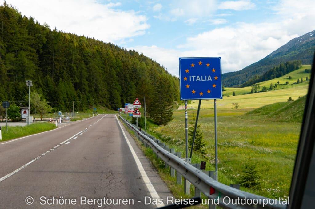 Wohnmobiltour Suedtirol - Grenzschild Italien