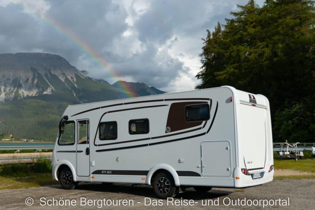 Wohnmobiltour Suedtirol - Etrusco Wohnmobil mit Regenbogen am Re