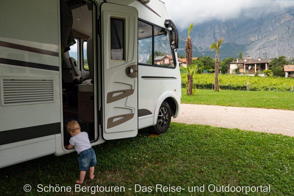 Wohnmobiltour Trentino - Lena vor dem Etrusco Wohnmobil
